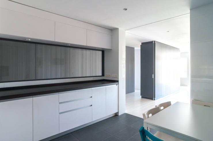 vivienda A-MOR-I-SART estudiocincocincouno_Madrid 2014: Cocinas de estilo moderno de estudio551