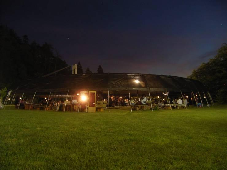 夜景: 井上貴詞建築設計事務所が手掛けたイベント会場です。