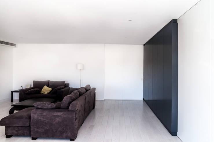 vivienda A-MOR-I-SART estudiocincocincouno_Madrid 2014: Salones de estilo moderno de estudio551