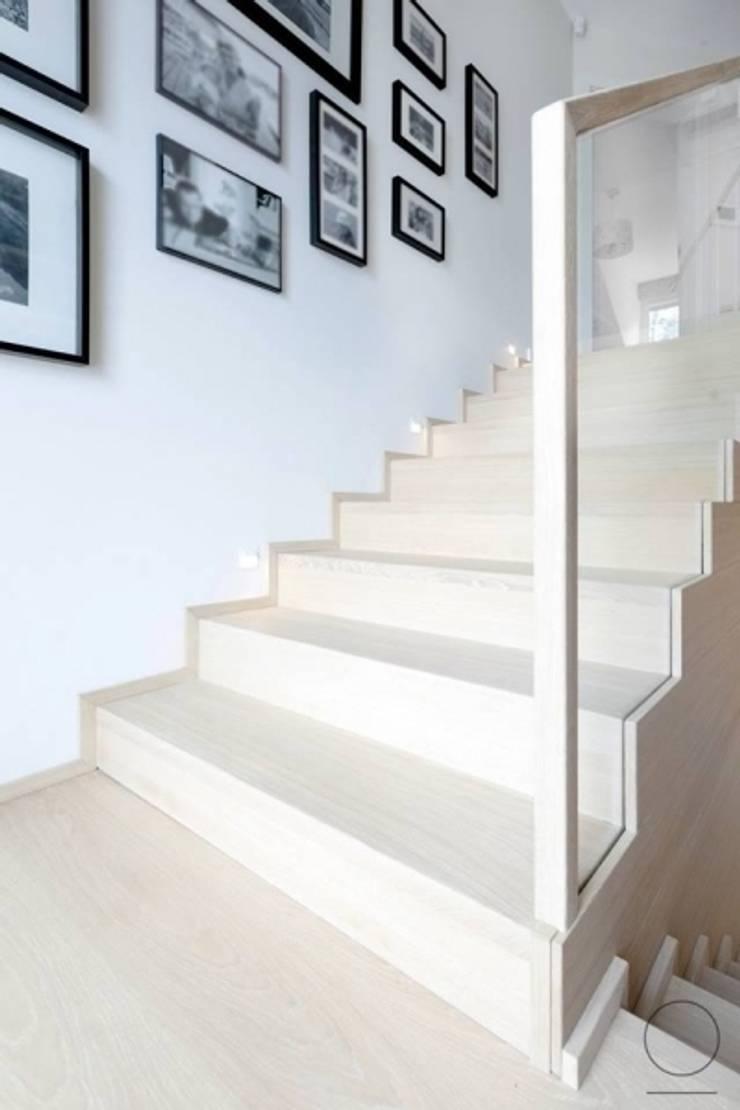 Dom na Mazurach : styl , w kategorii Korytarz, przedpokój zaprojektowany przez OIKOI