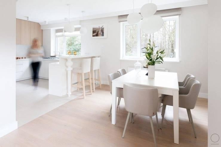 Dom na Mazurach : styl , w kategorii Jadalnia zaprojektowany przez OIKOI
