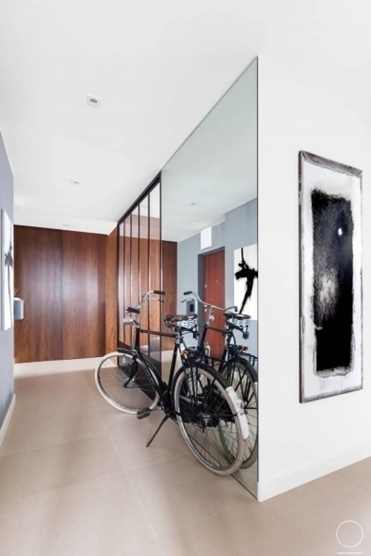 Apartament na Muranowie : styl , w kategorii Korytarz, przedpokój zaprojektowany przez OIKOI