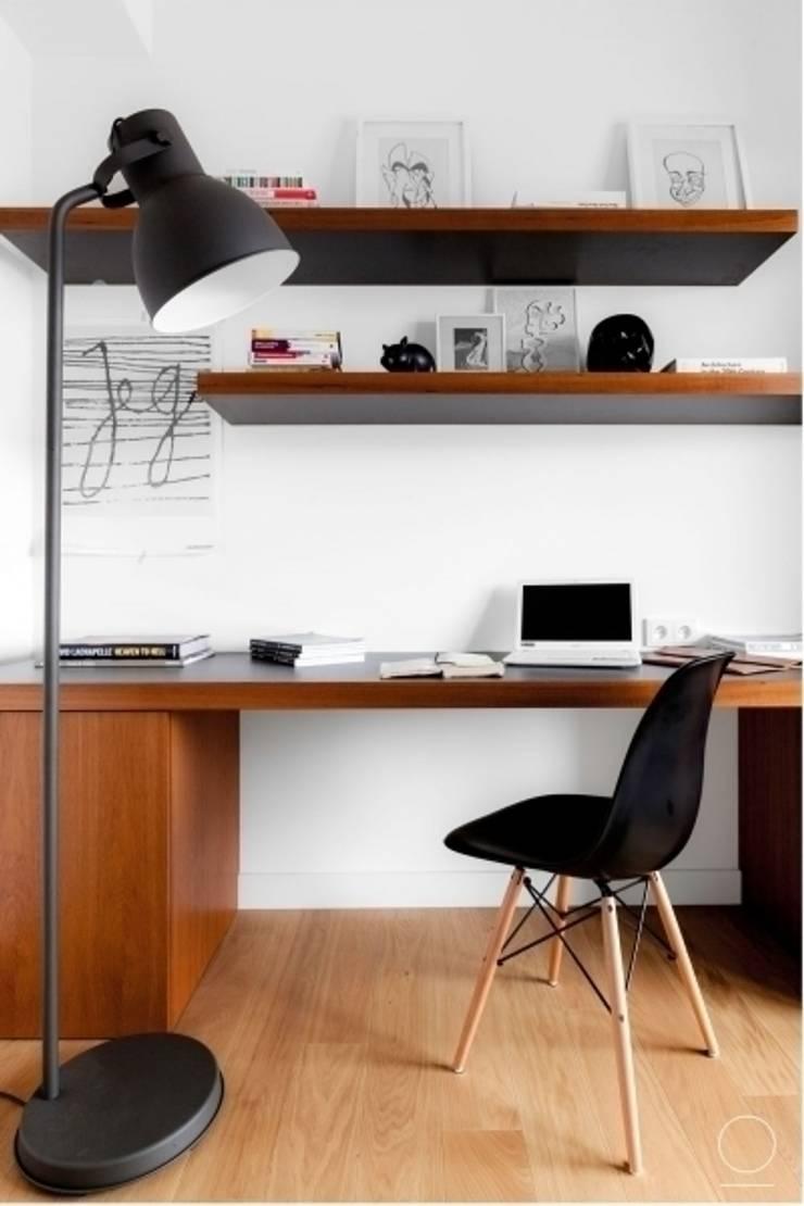 Apartament na Muranowie : styl , w kategorii Domowe biuro i gabinet zaprojektowany przez OIKOI