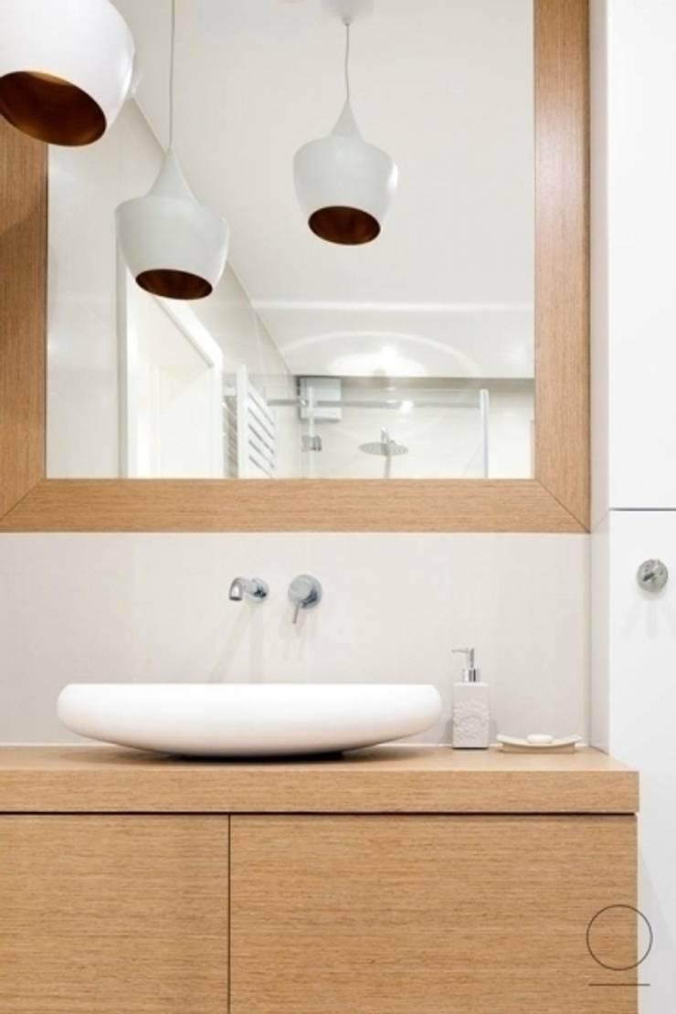 Dom na Mazurach : styl , w kategorii Łazienka zaprojektowany przez OIKOI