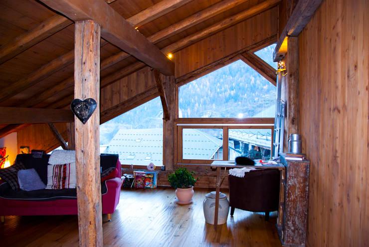 un appartement dans une grange sur trois niveaux, en Savoie: Salon de style  par atelier choron pellicier