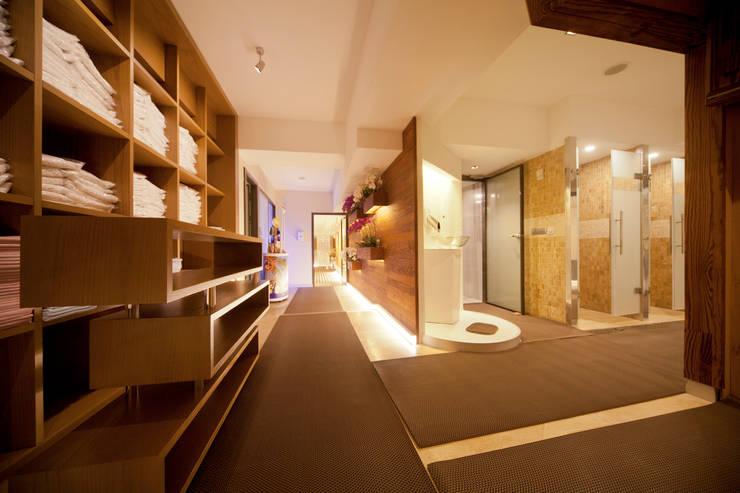 İki Derece Mimarlık – LADY SAUNA SPA MERKEZİ:  tarz Giyinme Odası