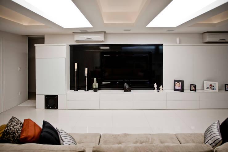 Apartamento E&E.S - Sala de Estar:   por Kali Arquitetura,Moderno