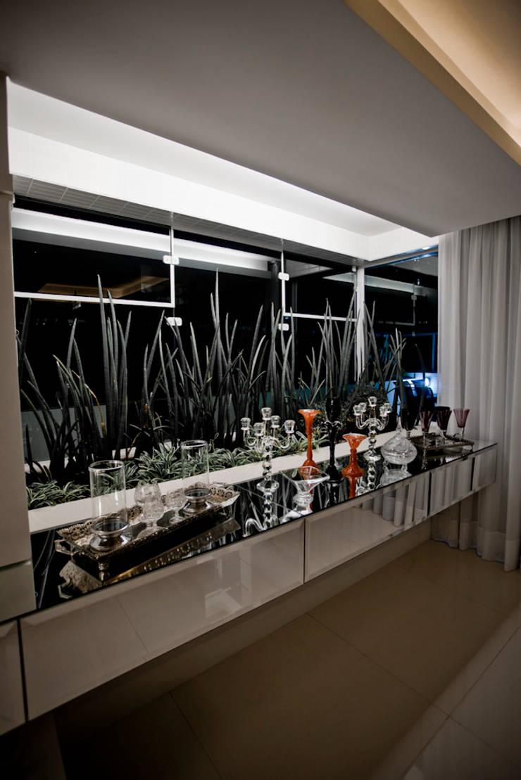 Apartamento E&E.S - Sala de Jantar: Jardins de inverno  por Kali Arquitetura,Moderno