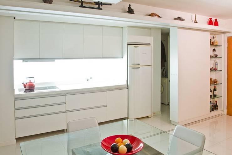 APP   Cozinha: Cozinhas  por Kali Arquitetura