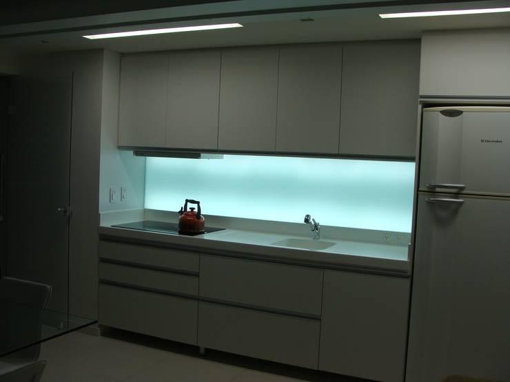 APP   Cozinha: Armários e bancadas de cozinha  por Kali Arquitetura
