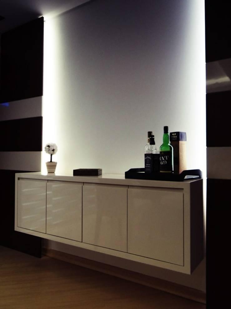 apartamento N+R: Sala de jantar  por SPOT161 arquitetura + design