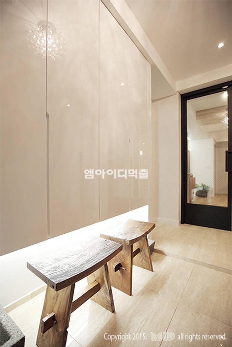 이태원 청화아파트 58평형: MID 먹줄의  복도 & 현관