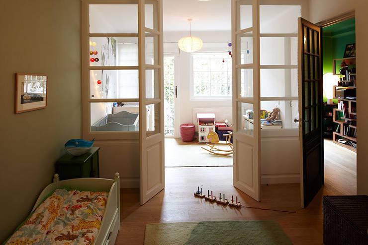 Chambre d'enfant vitrée: Chambre d'enfant de style  par Capucine de Cointet architecte