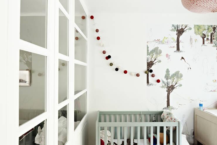 Restructuration d'une maison à Montmartre avec création d'une surélévation vitrée: Chambre d'enfant de style  par Capucine de Cointet architecte