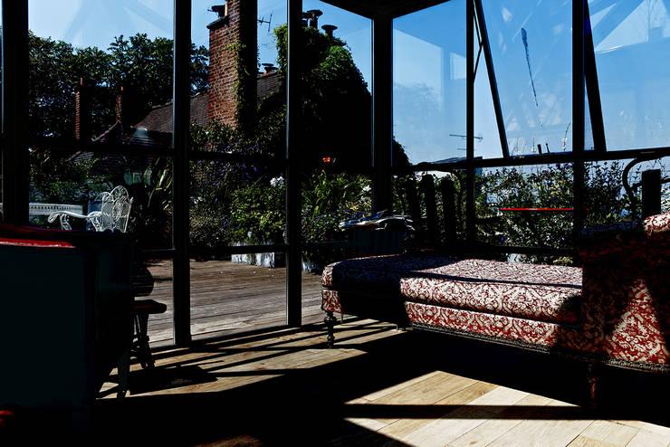 surélévation vitrée sur le toît: Terrasse de style  par Capucine de Cointet architecte