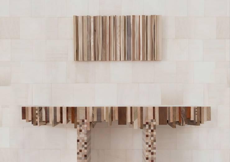 Consolle Totem: Ingresso, Corridoio & Scale in stile  di Marzoarreda