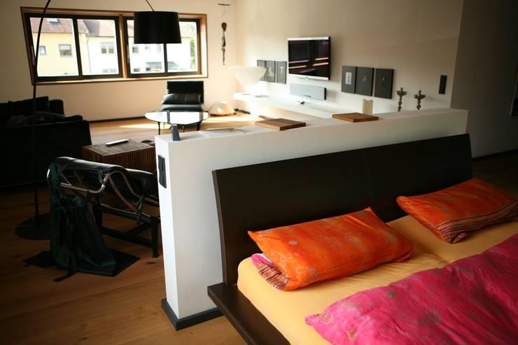 Kombination Schlafen & Wohnen:  Schlafzimmer von Architekturbüro Kirchmair + Meierhofer