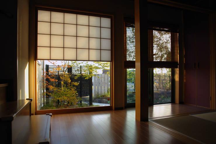 裏表つながるモノトーンな庭 2010~: にわいろSTYLEが手掛けた庭です。,