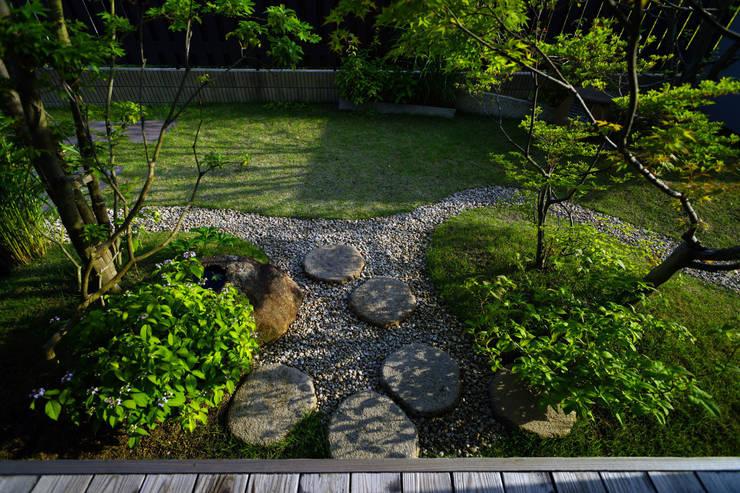 日差しがにあう芝生の庭 2011~: にわいろSTYLEが手掛けた庭です。,オリジナル