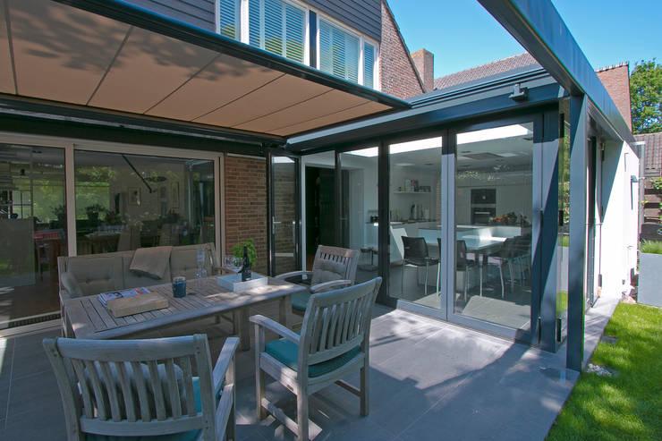 Pergola terras:  Huizen door Hoope Plevier Architecten, Modern