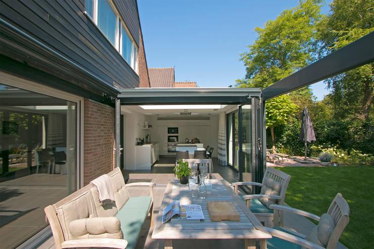 Pergola geopend:  Huizen door Hoope Plevier Architecten, Modern