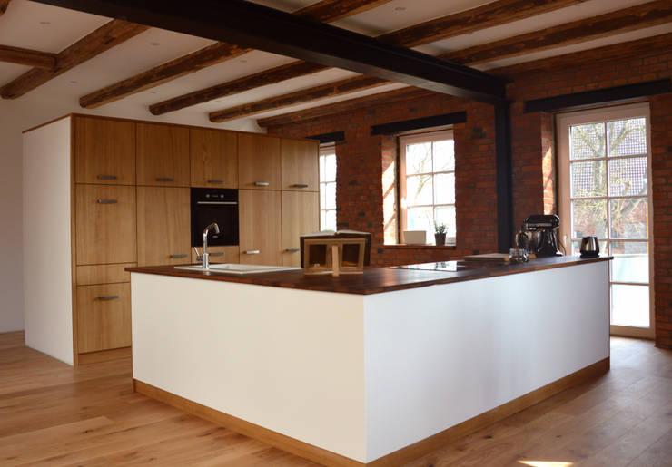 Küche im umgebauten Bauernhaus: landhausstil Küche von Tischlerei Fuhrmann