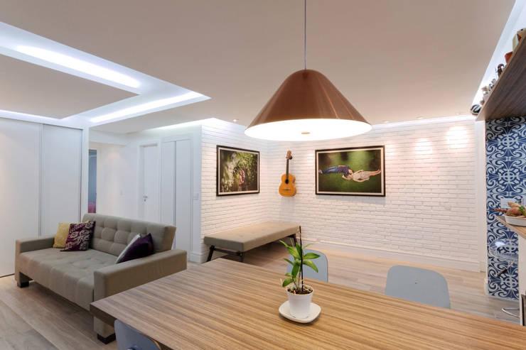 Apartamento Itaim Bibi – 90m²: Salas de jantar  por Raphael Civille Arquitetura,