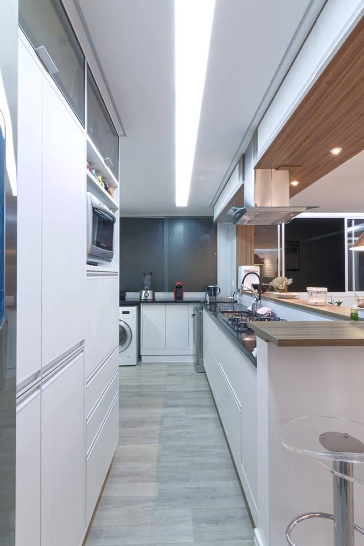 Apartamento Itaim Bibi – 90m²: Cozinhas  por Raphael Civille Arquitetura,