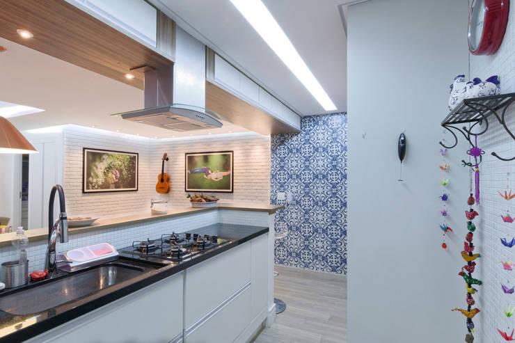 Apartamento Itaim Bibi - 90m²: Cozinhas minimalistas por Raphael Civille Arquitetura