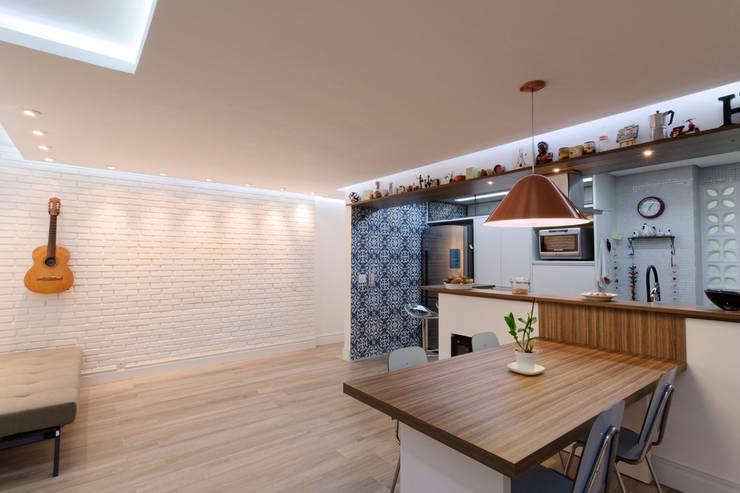 Apartamento Itaim Bibi - 90m²: Sala de jantar  por Raphael Civille Arquitetura