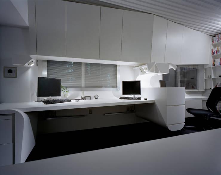 A view at night 2: Madhut Architectsが手掛けたオフィススペース&店です。