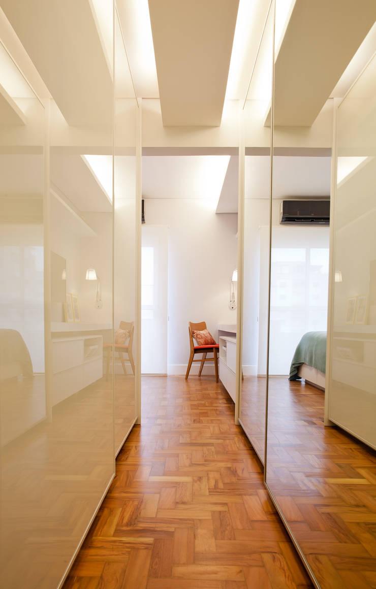 Apartamento Alameda Jaú: Closets modernos por studio scatena arquitetura