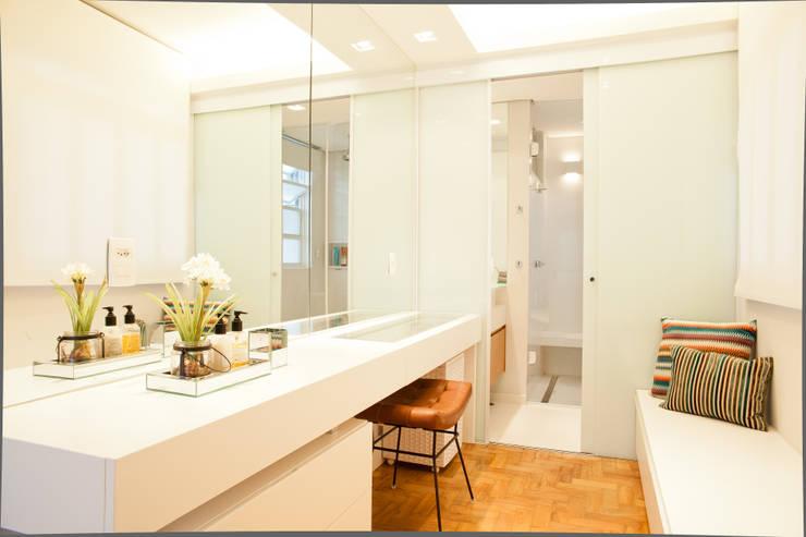 Apartamento Alameda Jaú: Banheiros modernos por studio scatena arquitetura