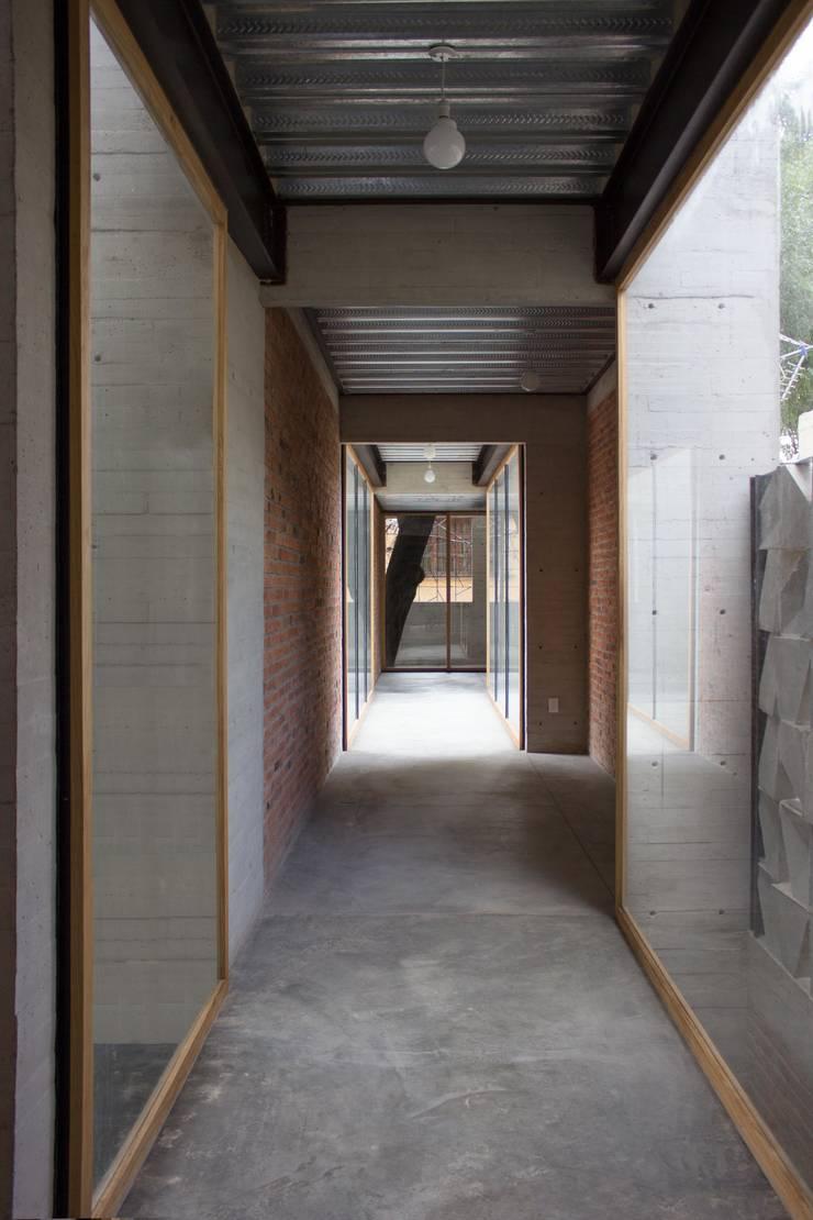 Pasillo que conecta a estudio.: Pasillos y recibidores de estilo  por ludens