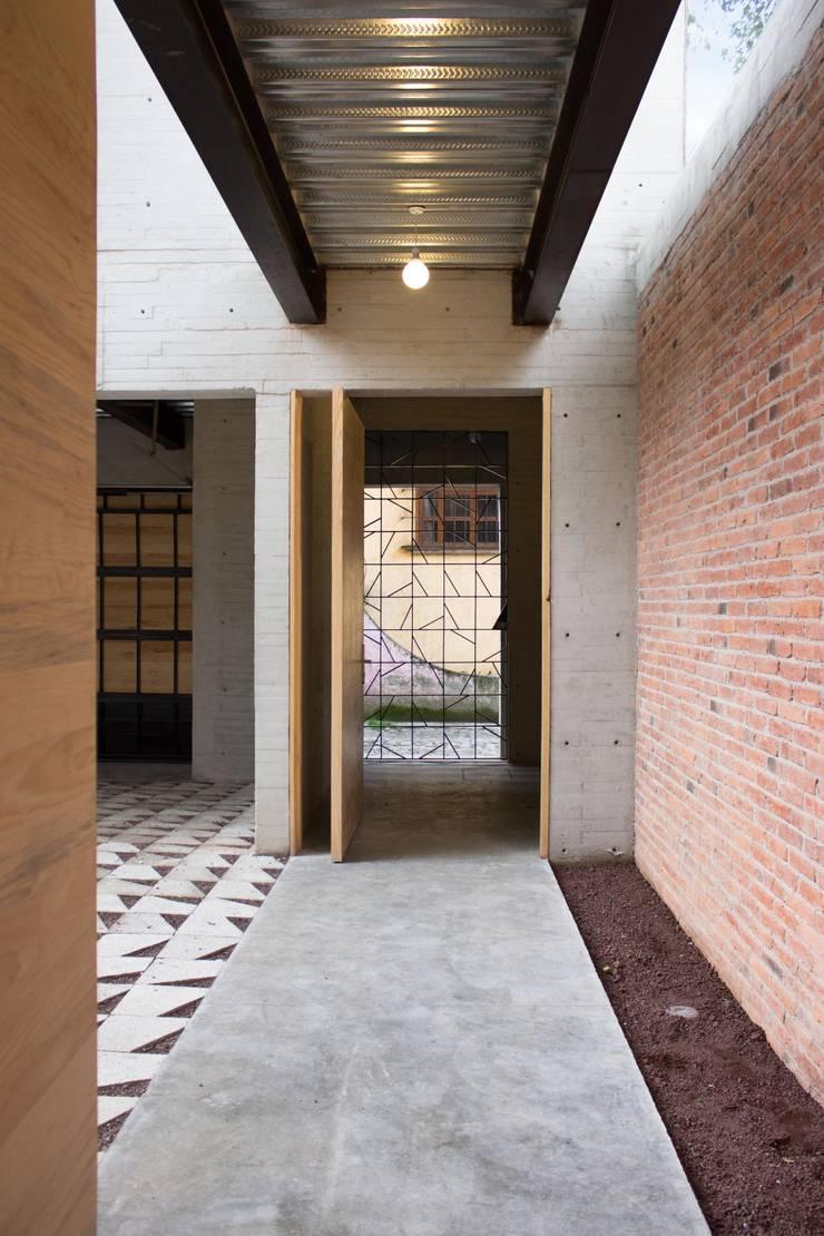 Acceso Principal: Pasillos y recibidores de estilo  por ludens