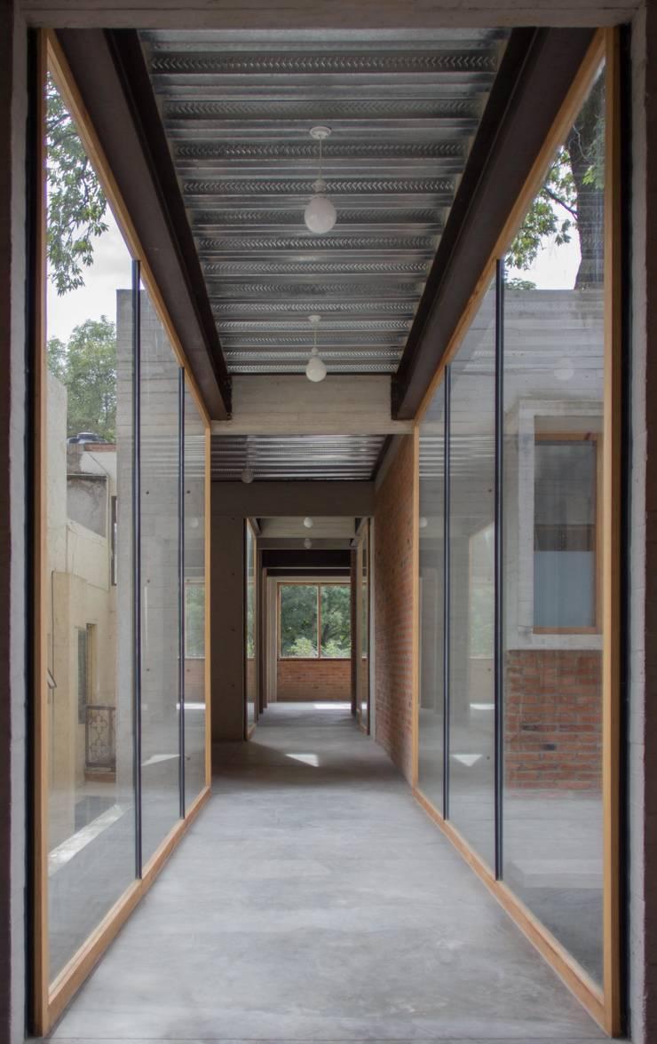 Pasillo que conecta a habitaciones.: Pasillos y recibidores de estilo  por ludens