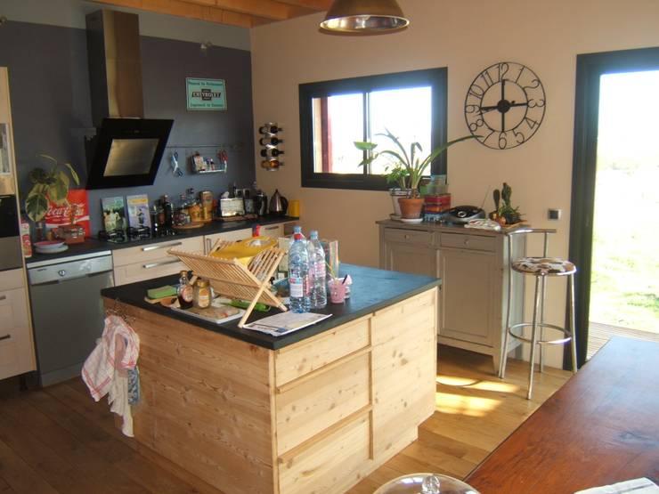 la cuisine: Maisons de style  par casa architectes