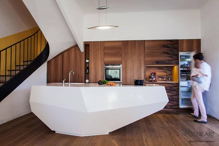 Cuisine en Corian LG HIMacs et noyer: Cuisine de style de style Moderne par SARL Felix Hegenbart