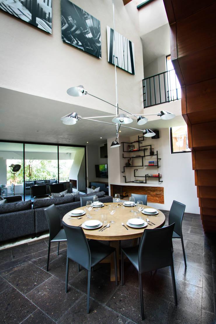 Casa Avandaro: Comedor de estilo  por Concepto Taller de Arquitectura