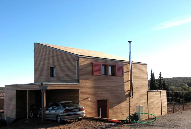 Une maison bois simple et authentique: Maisons de style  par casa architectes