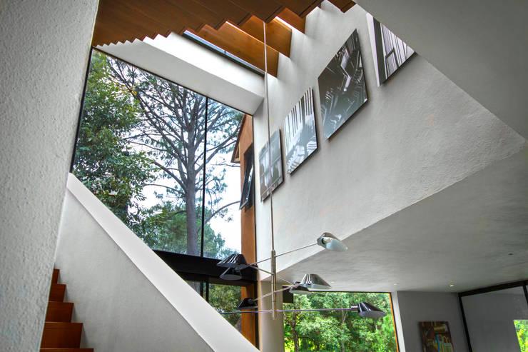 Casa Avandaro: Pasillos y recibidores de estilo  por Concepto Taller de Arquitectura