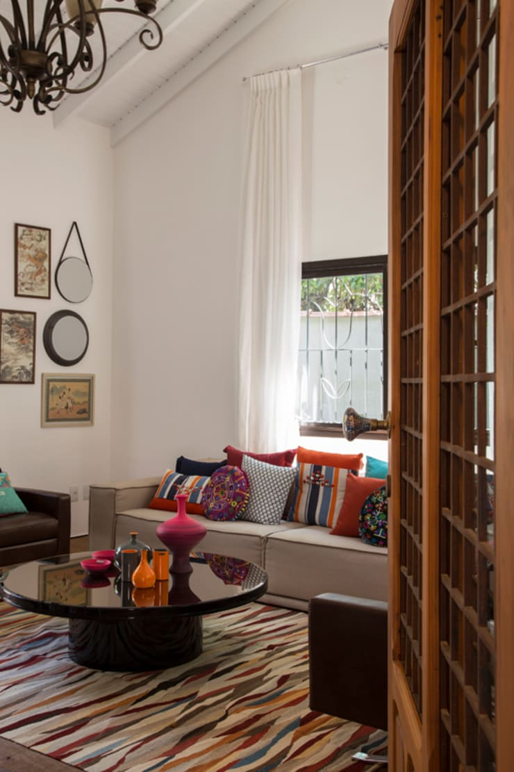 Residencia de Surfista: Salas de estar tropicais por Marcos Contrera Arquitetura & Interiores