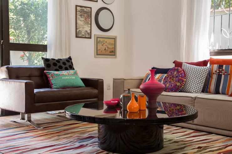 Residencia de Surfista: Salas de estar  por Marcos Contrera Arquitetura & Interiores,