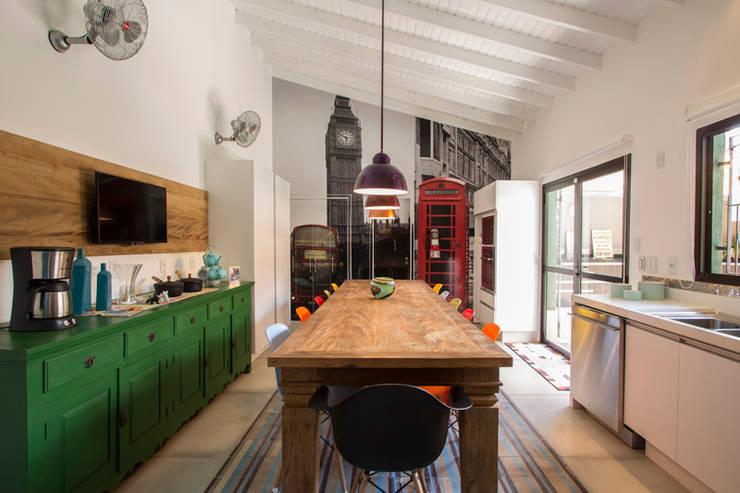 Residencia de Surfista: Cozinhas rústicas por Marcos Contrera Arquitetura & Interiores