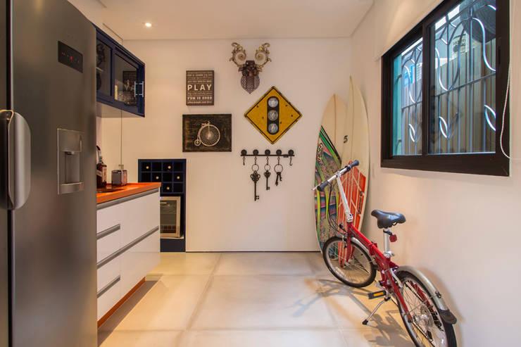 Residencia de Surfista: Cozinhas  por Marcos Contrera Arquitetura & Interiores
