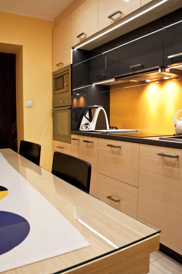 mała kuchnia dla dużej rodziny: styl , w kategorii Kuchnia zaprojektowany przez Patyna Projekt