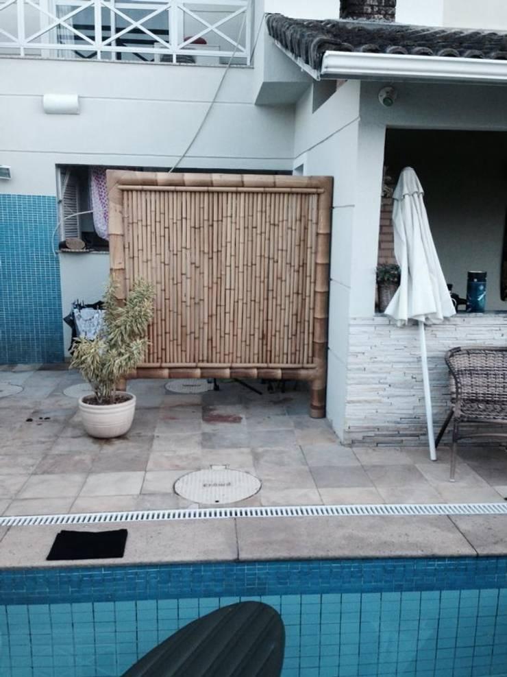Cercas e painéis de bambu para áreas internas e externas.: Casas  por Bambu Rei Eco-Design,