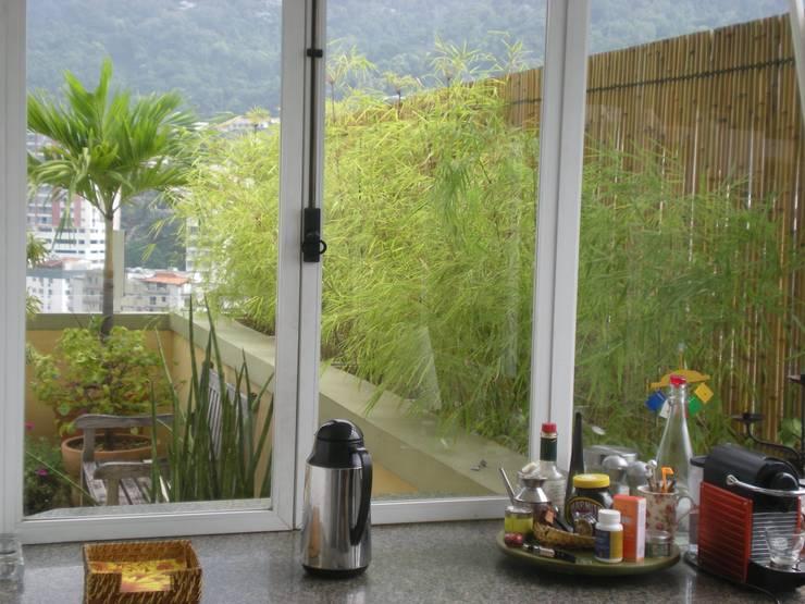 Cercas e painéis de bambu para áreas internas e externas.: Jardins  por Bambu Rei Eco-Design,