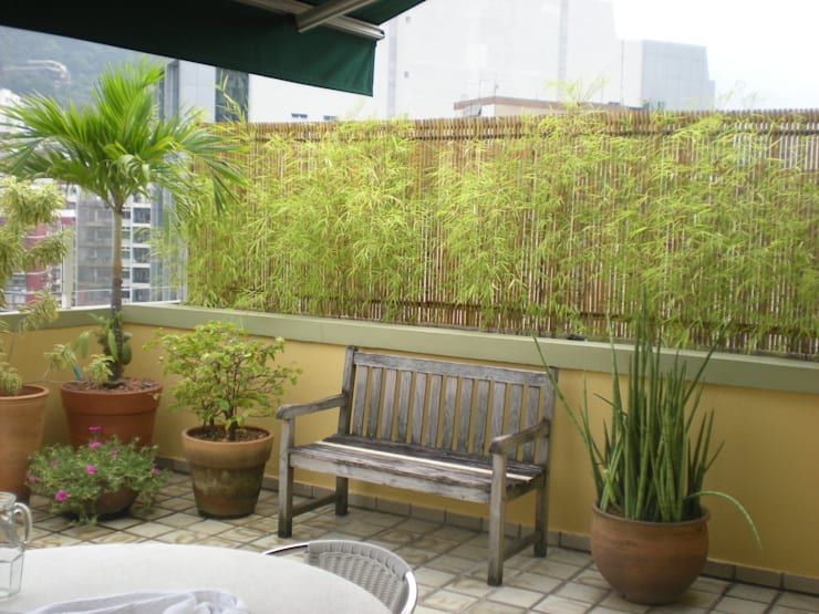 Cercas e painéis de bambu para áreas internas e externas.: Jardins  por Bambu Rei Eco-Design