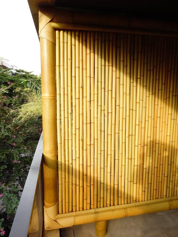 Cercas e painéis de bambu para áreas internas e externas.: Terraços  por Bambu Rei Eco-Design,